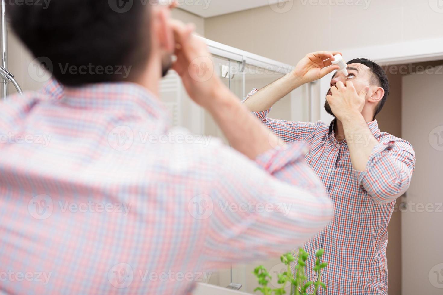 soin des yeux avec des gouttes pour les yeux photo