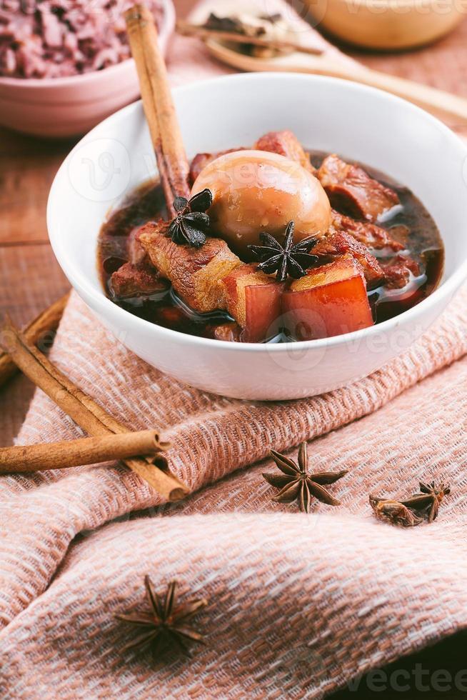 oeufs et porc en sauce brune, cuisine thaïlandaise photo