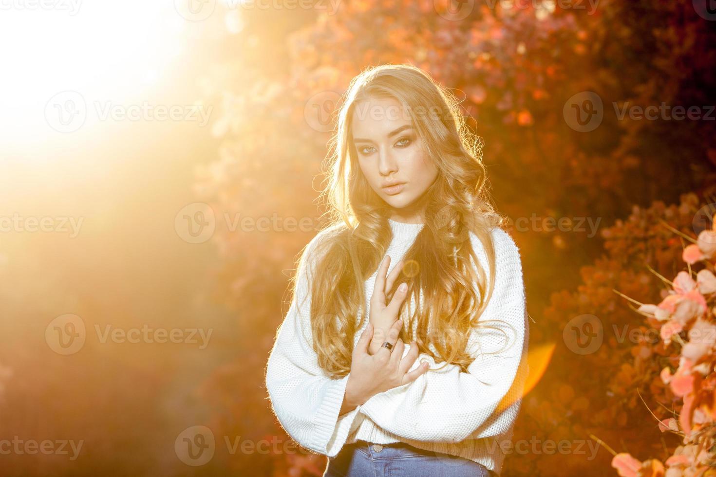 jeune femme sur fond d'automne rouge et jaune photo