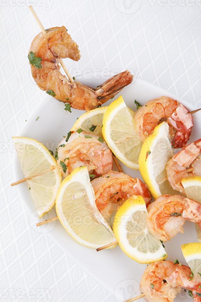 brochettes de crevettes langoustines avec sauce photo
