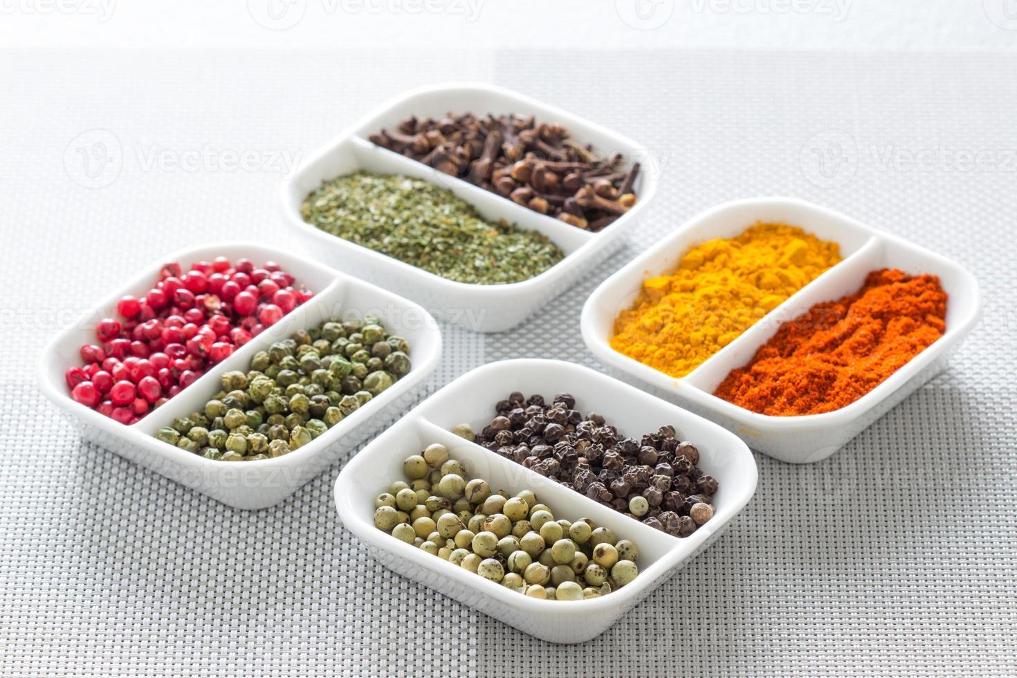 herbes colorées, épices et ingrédients aromatiques sur table moderne. photo