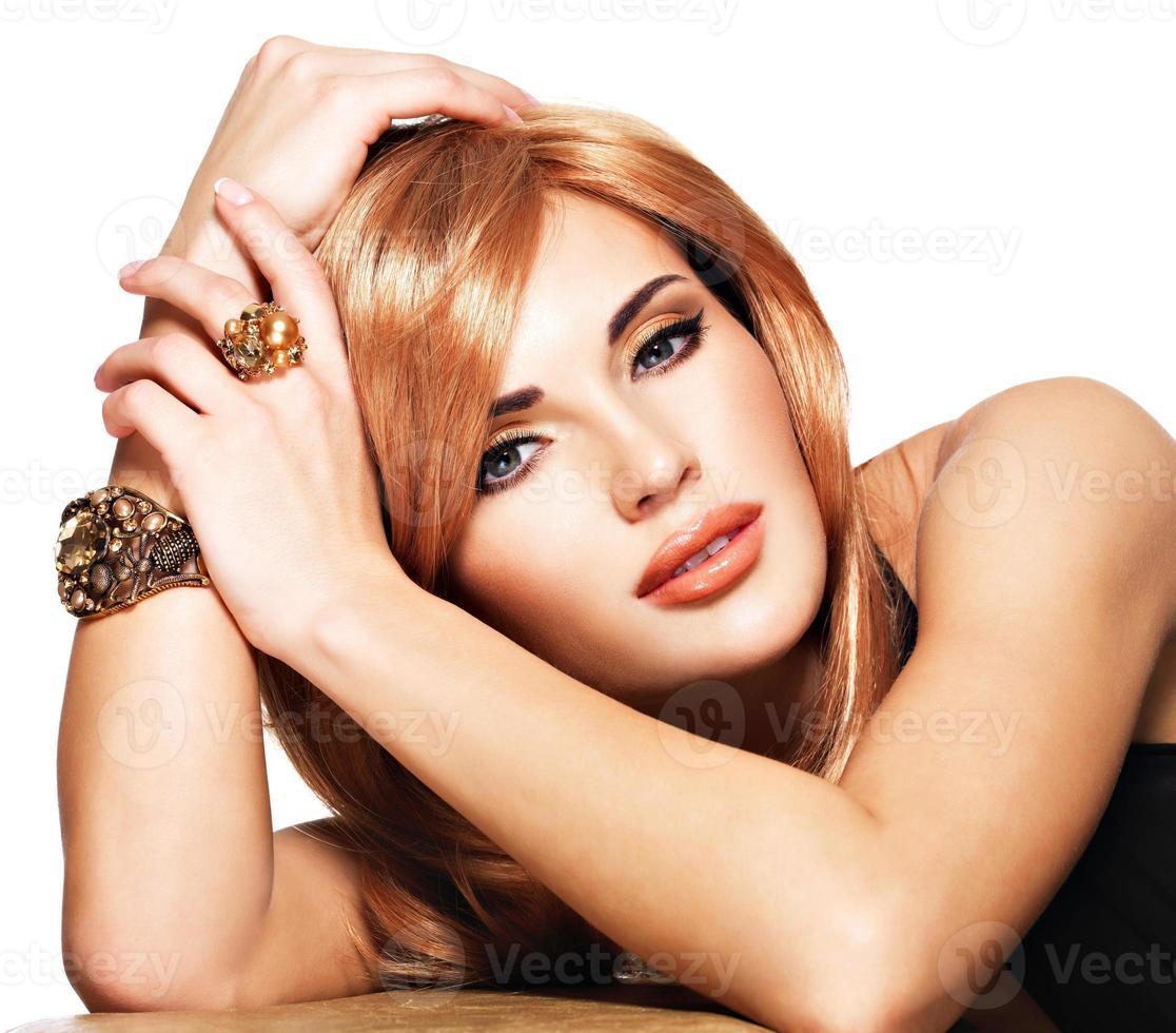 belle femme aux longs cheveux roux photo