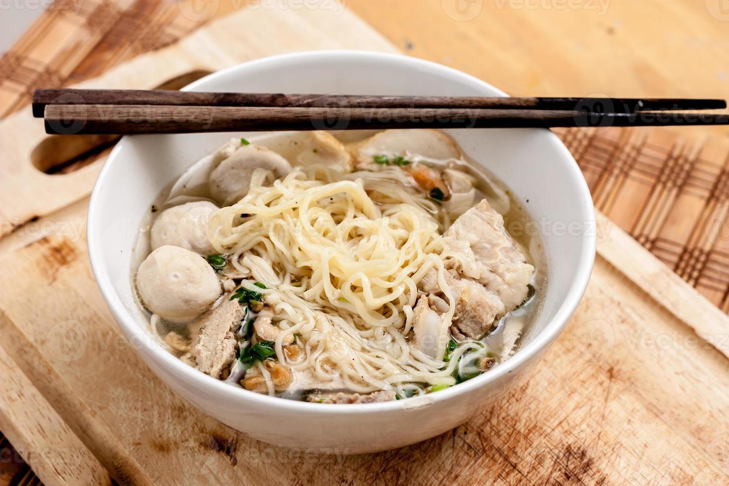 soupe aux os de nouilles de riz avec boulettes de viande photo