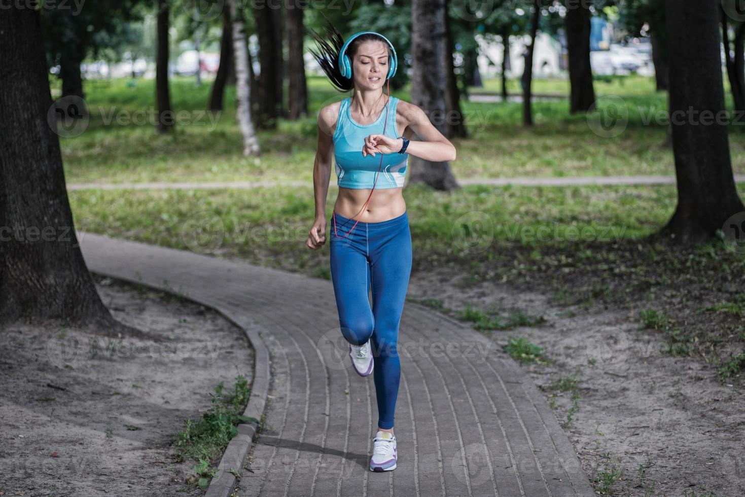 chronométré la séance d'entraînement. belle femme de remise en forme runner run photo