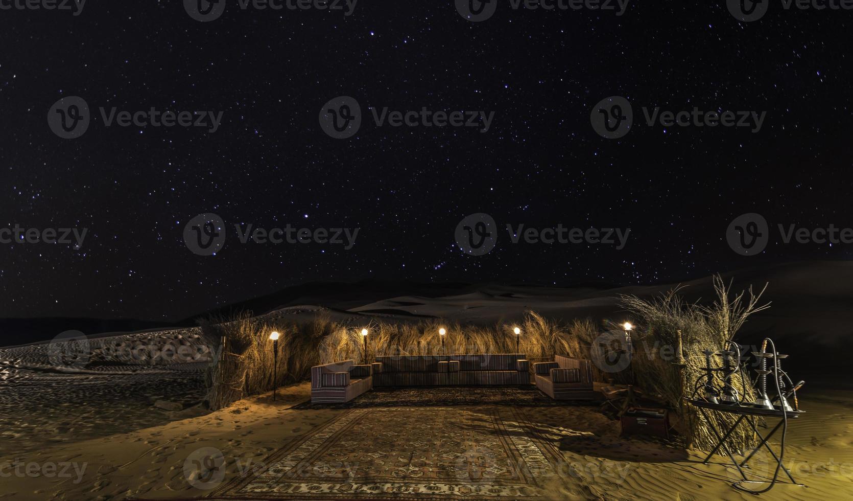 nuit de tente du désert avec des étoiles photo