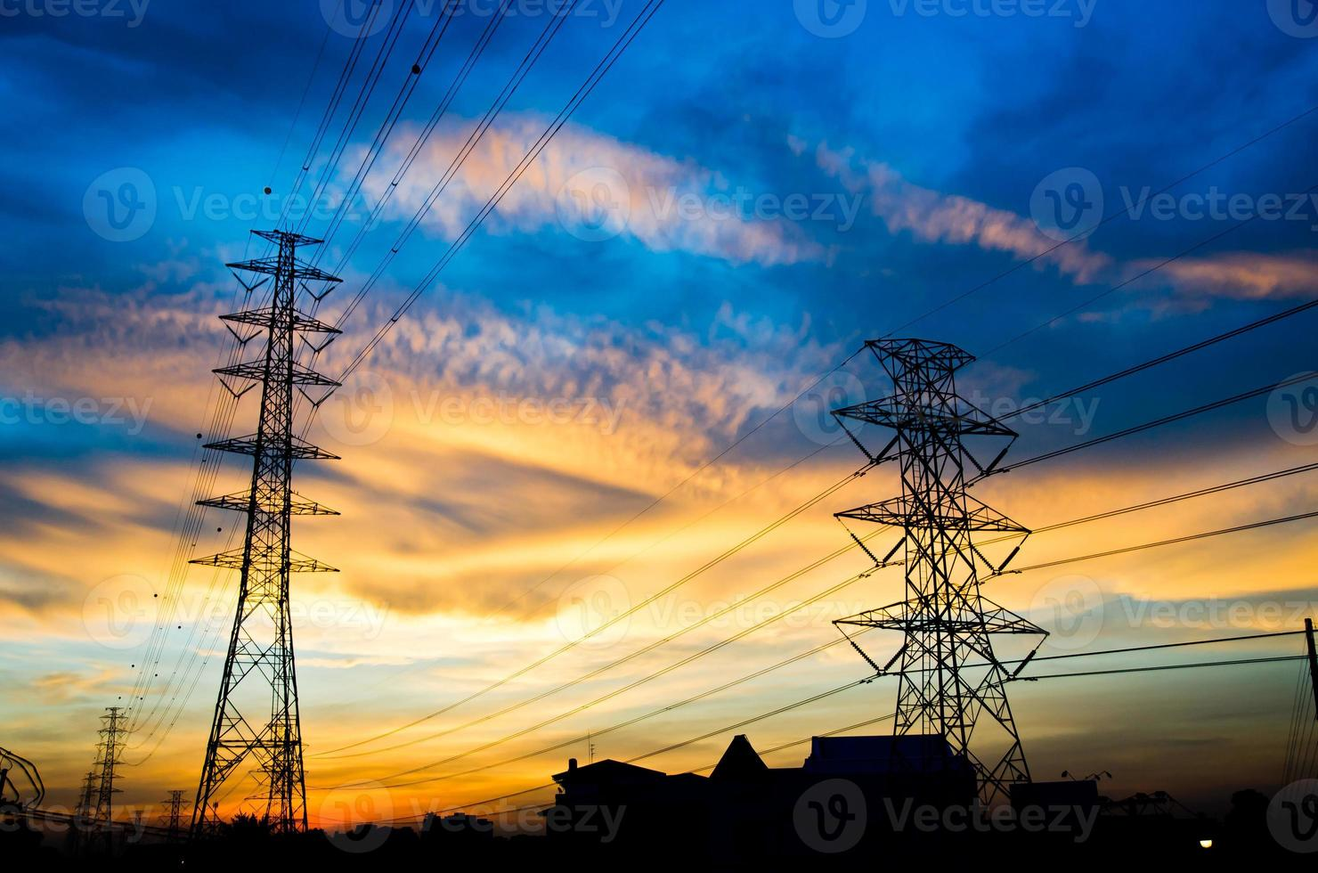 poteaux haute tension au coucher du soleil photo