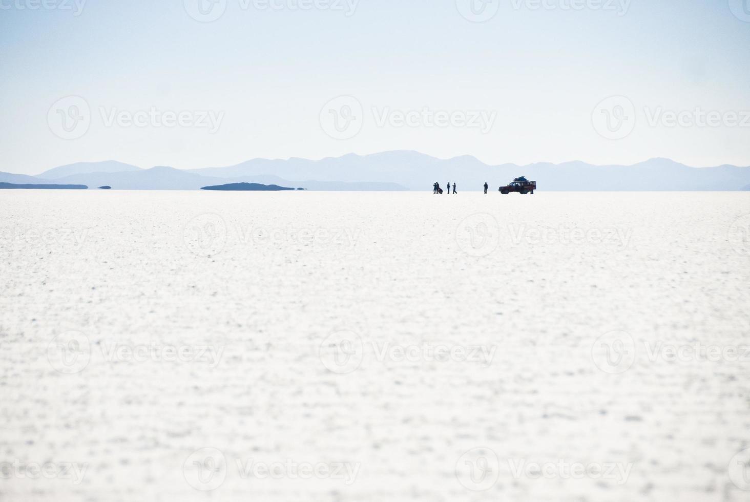 jeep avec des touristes dans le désert de sel uyuni, bolivie. photo