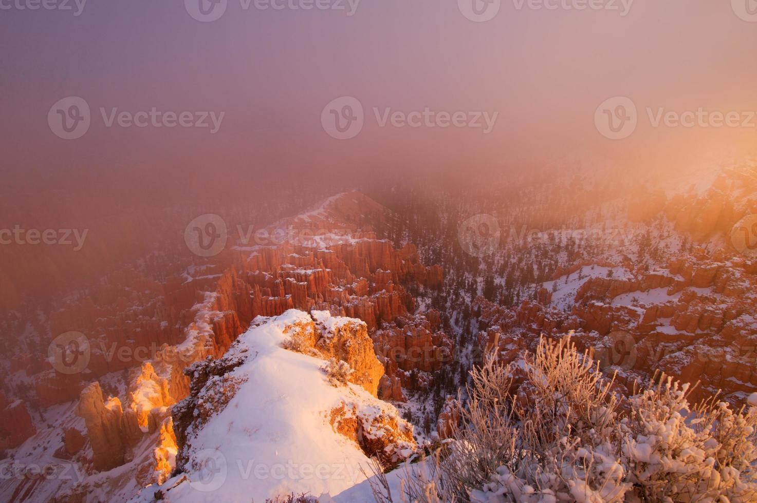 Le brouillard dans le parc national de Bryce Canyon, le soleil se lève photo