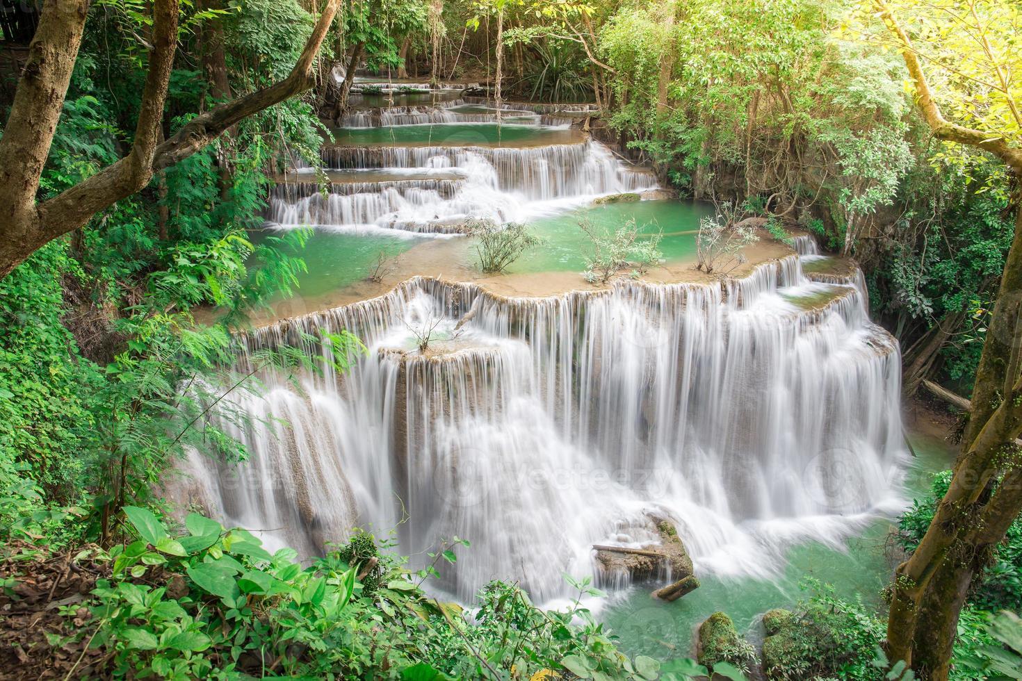 Cascade de Thaïlande à kanchanaburi (huay mae kamin) photo