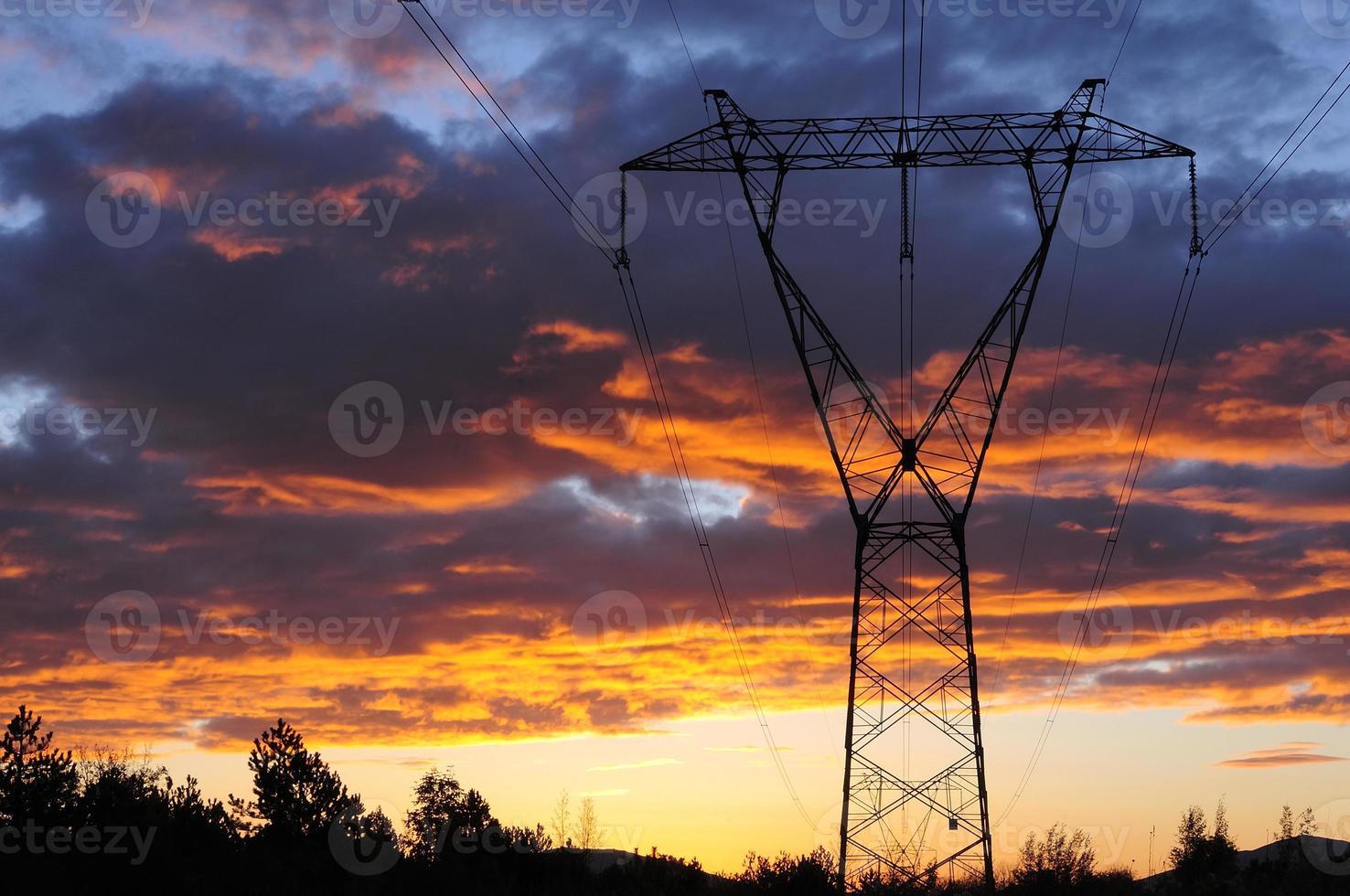 Tour de ligne de transmission aérienne électrique à l'aube photo