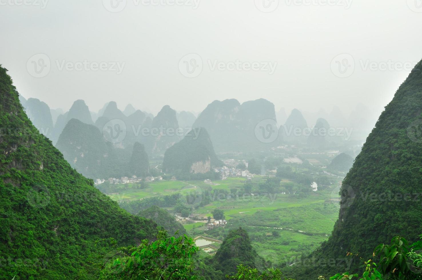 Paysage de montagne karstique de la rivière Guilin Li à Yangshuo photo
