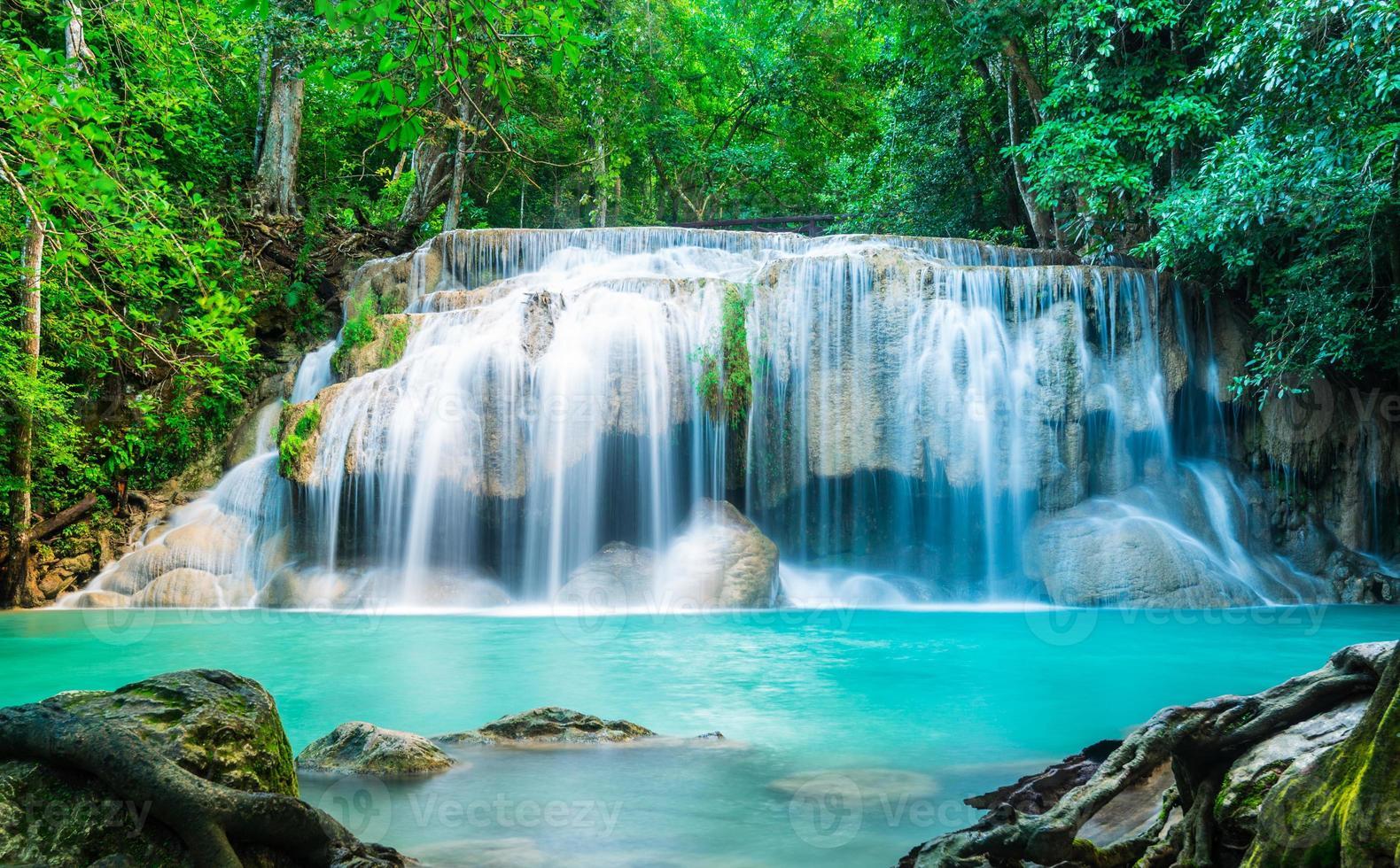 Cascade d'Erawan dans le parc national de Thaïlande photo