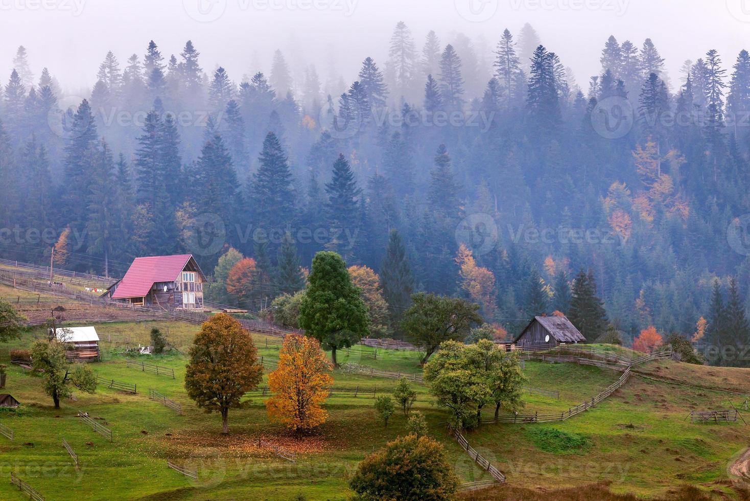 Ancienne cabane en bois en montagne au paysage d'automne rural photo