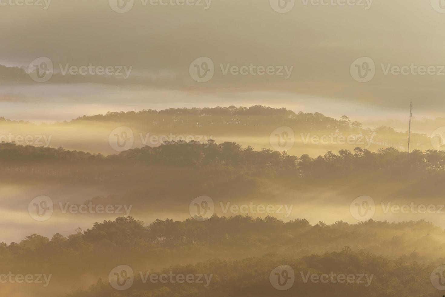 montagne, brume et soleil à l'aube photo