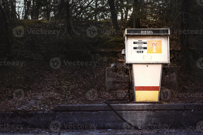 Ancienne pompe à essence pour diesel sur plate-forme en béton photo