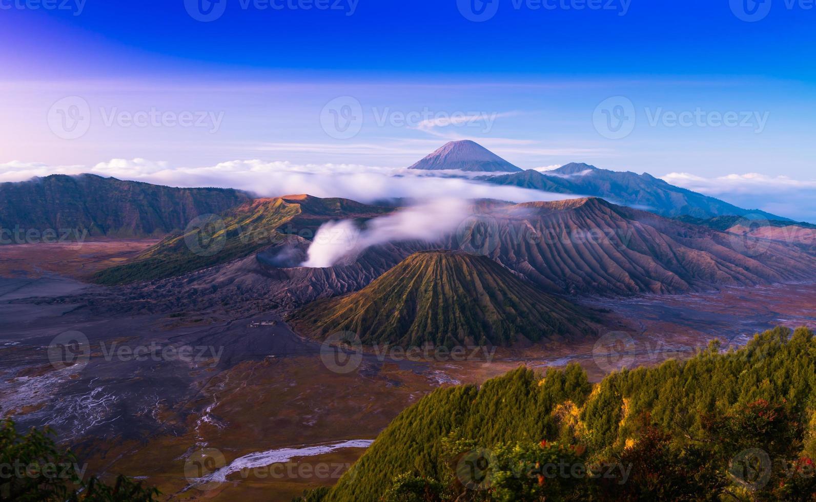 Le volcan bromo est un valcan actif au coucher du soleil photo