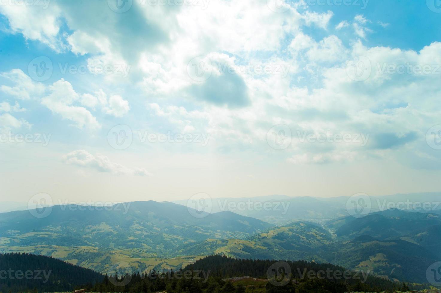 belles prairies sur les montagnes photo