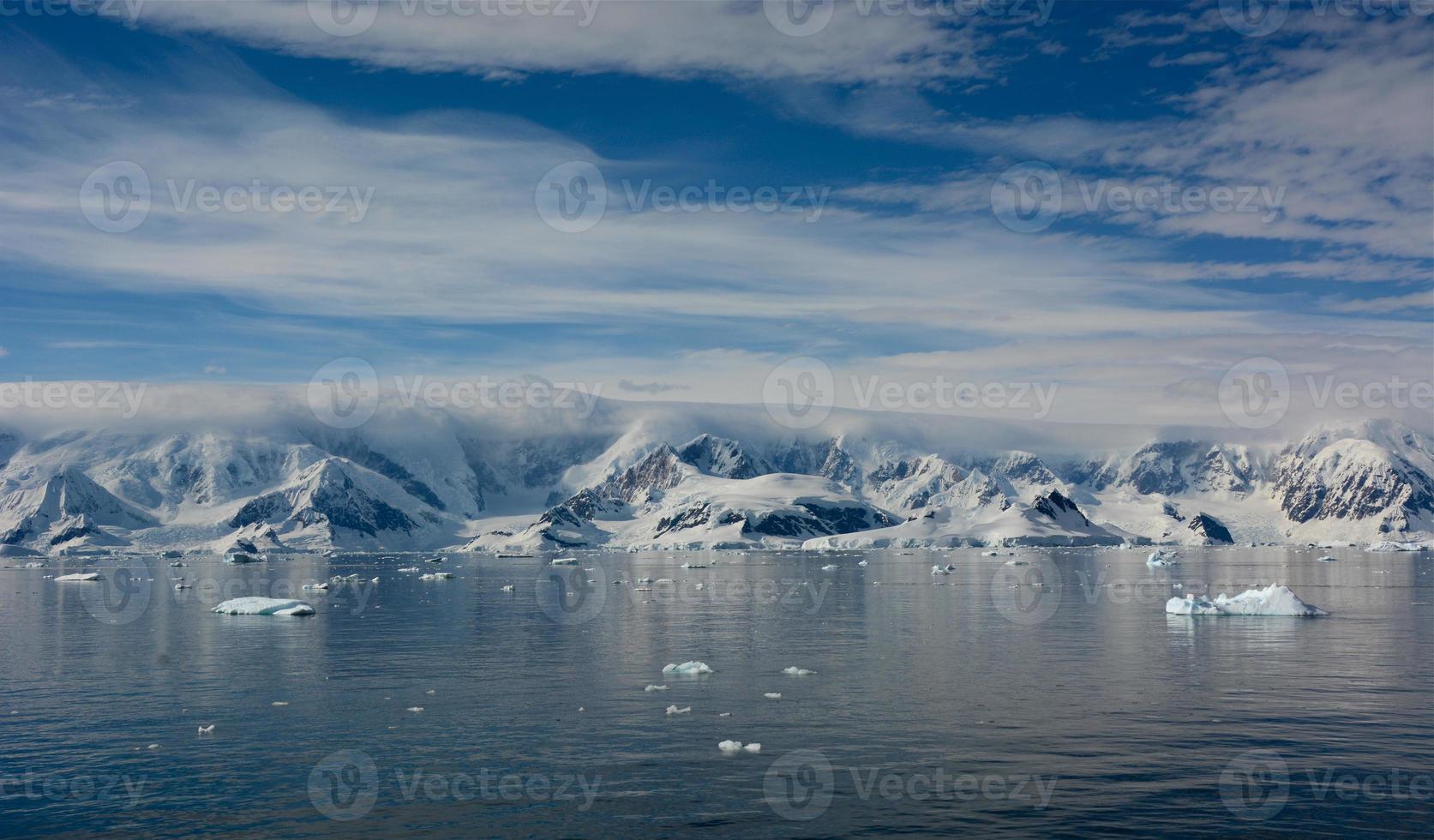 montagne enneigée en antarctique photo