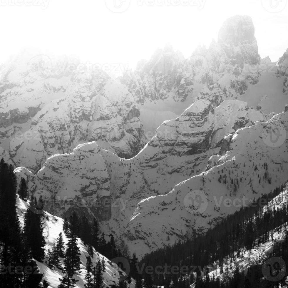 beaux sommets de montagnes, plans rétroéclairés, n / b photo