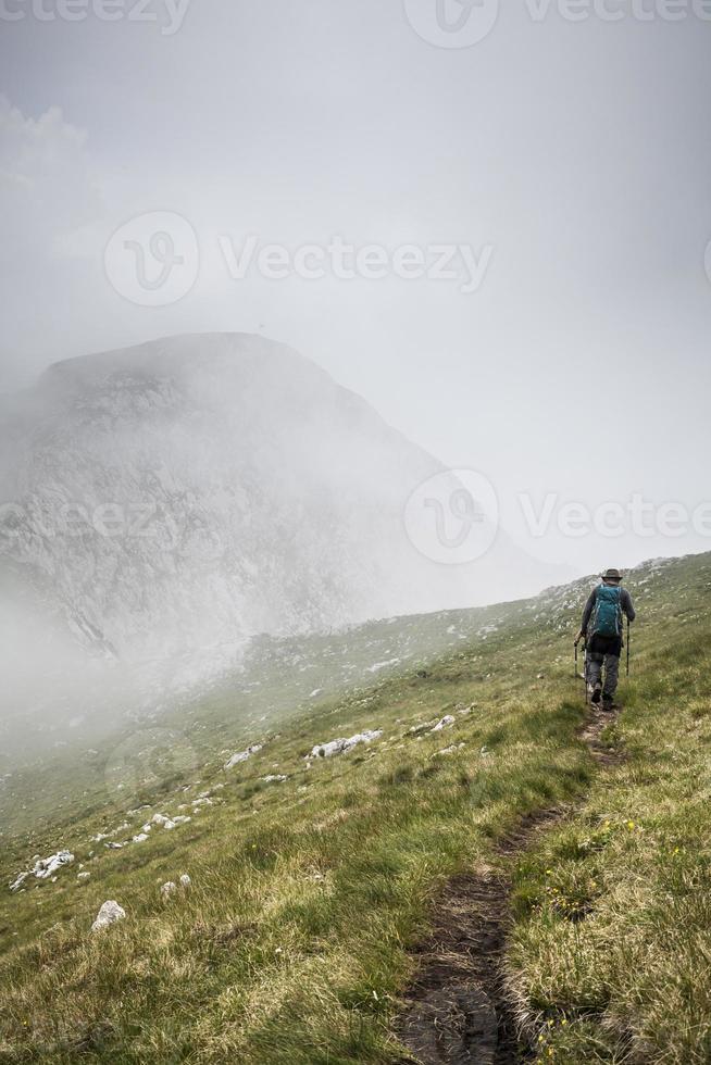 Dans la brume sur maglic, parc national de Stujeska, Bosnie-Herzégovine photo