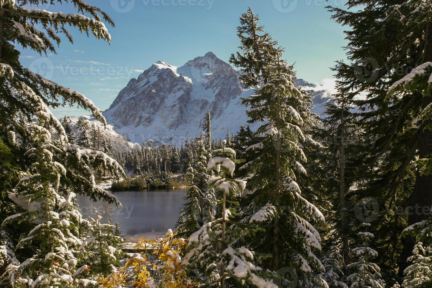 sommet de montagne avec lac photo