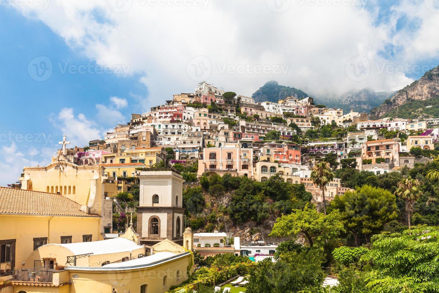 maisons colorées sur la montagne photo