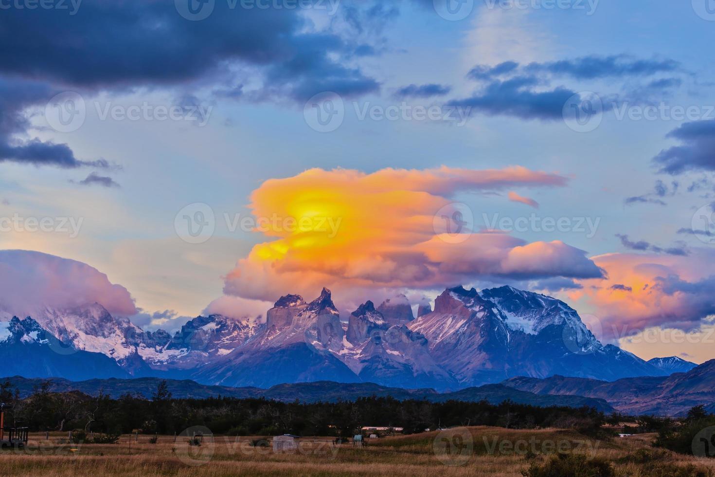 les nuages sont illuminés par le soleil sur les rochers photo
