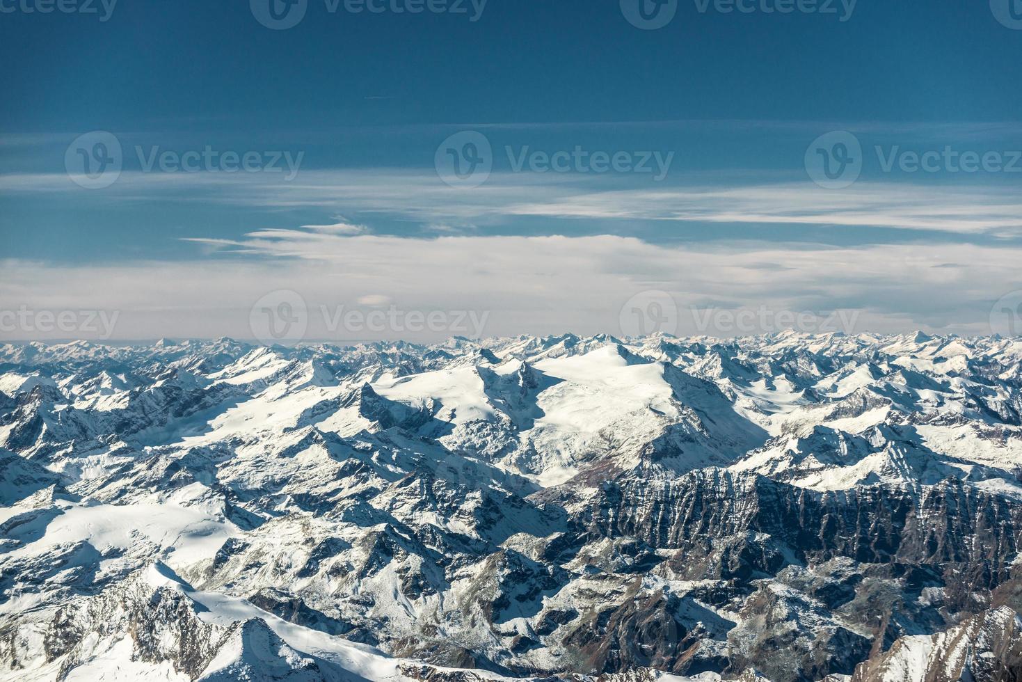Vue aérienne des sommets enneigés du Tyrol d'Autriche photo