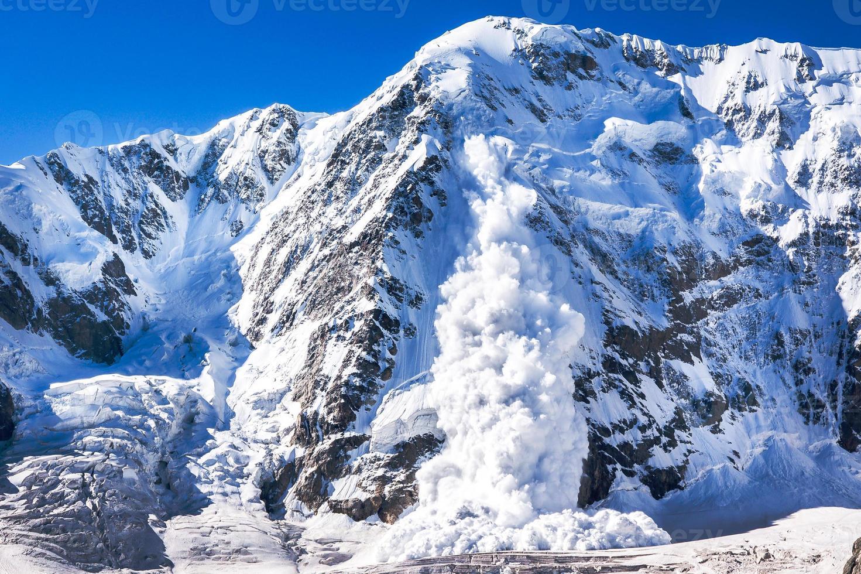 pouvoir de la nature. avalanche dans le caucase photo
