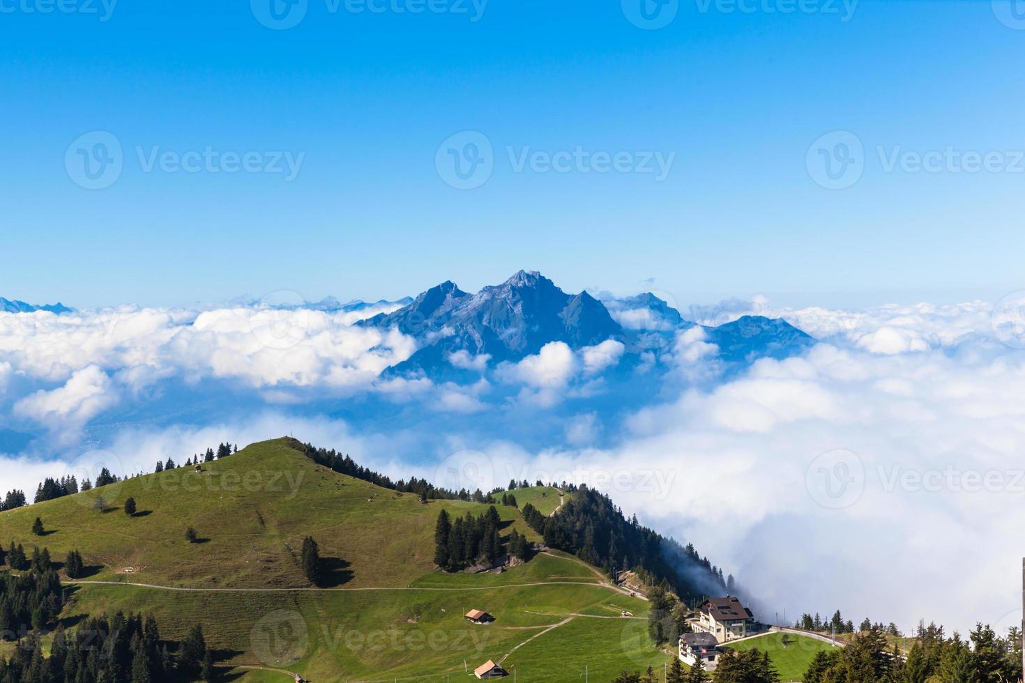 pilatus au-dessus de la mer de nuages photo