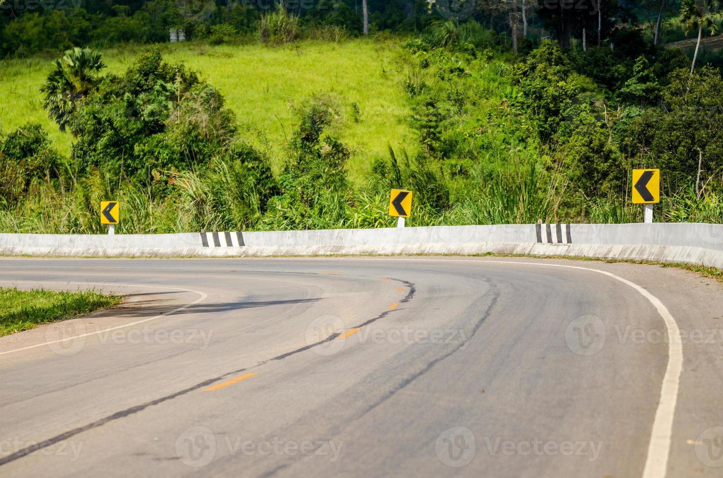 route de montagne sinueuse dans la nature photo