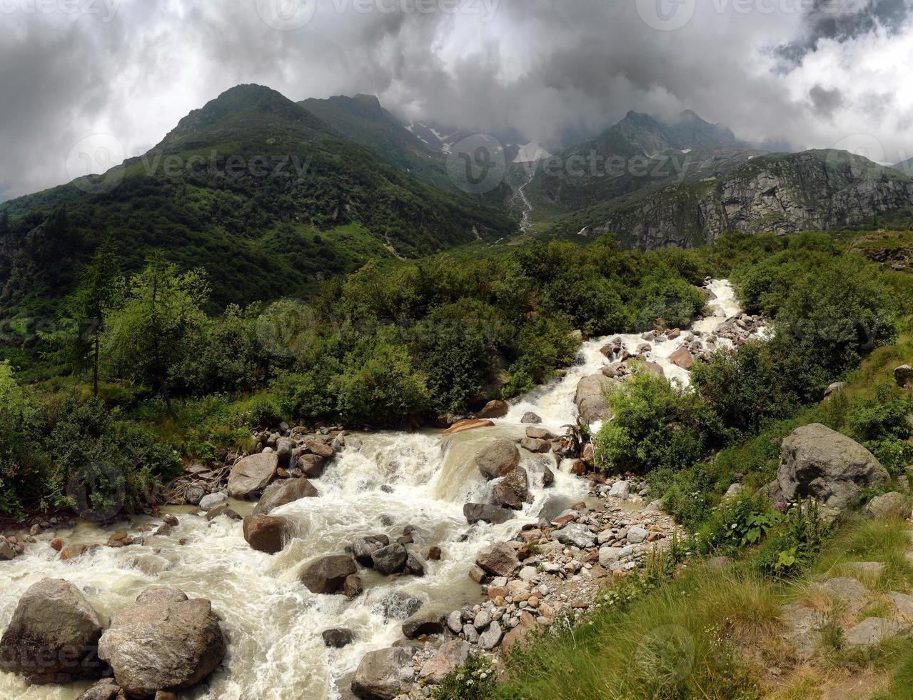 ruisseau de montagne dans les alpes photo
