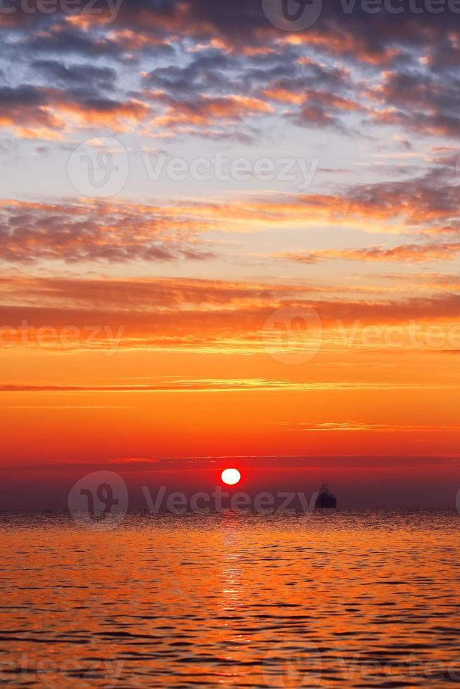 beau paysage nuageux sur la mer, coup de lever du soleil photo