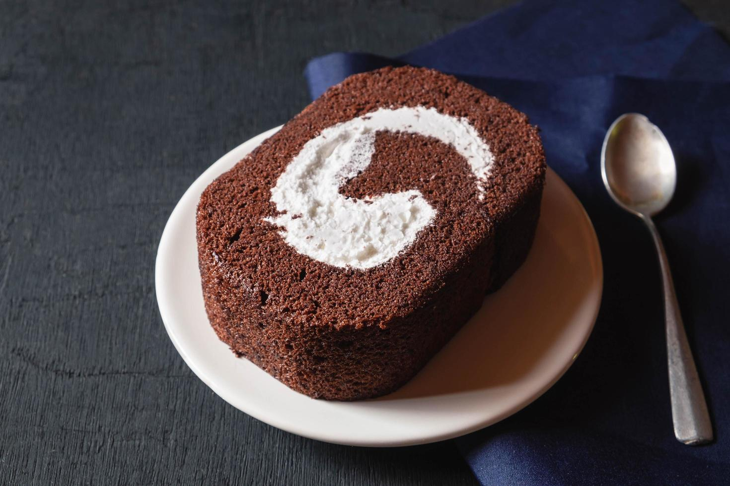 gâteau au chocolat sur table noire. photo