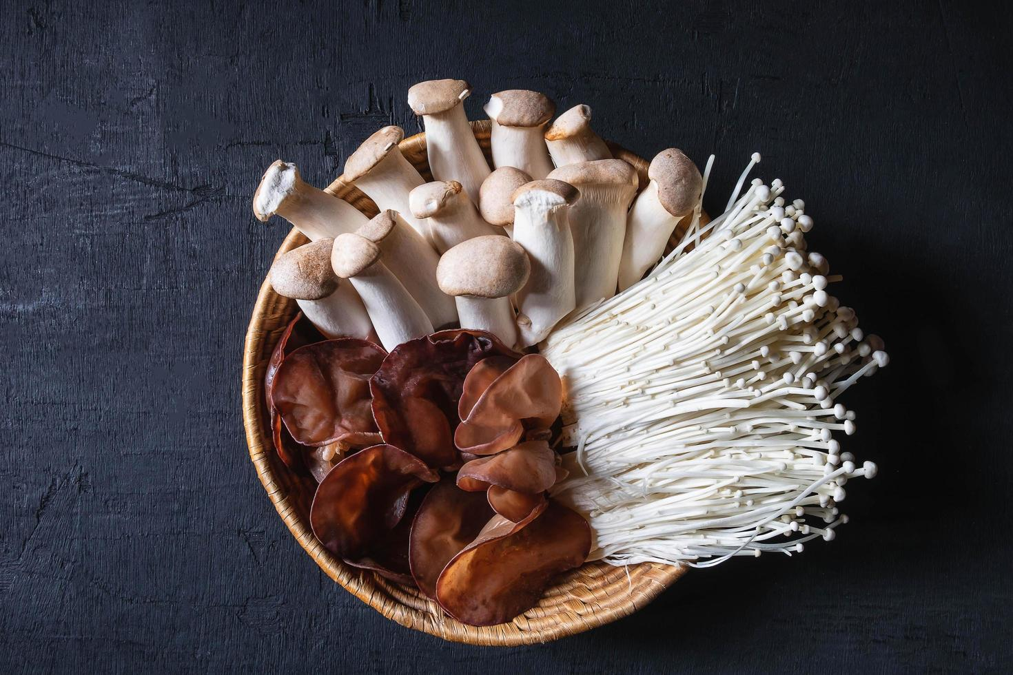 champignons frais dans un panier photo