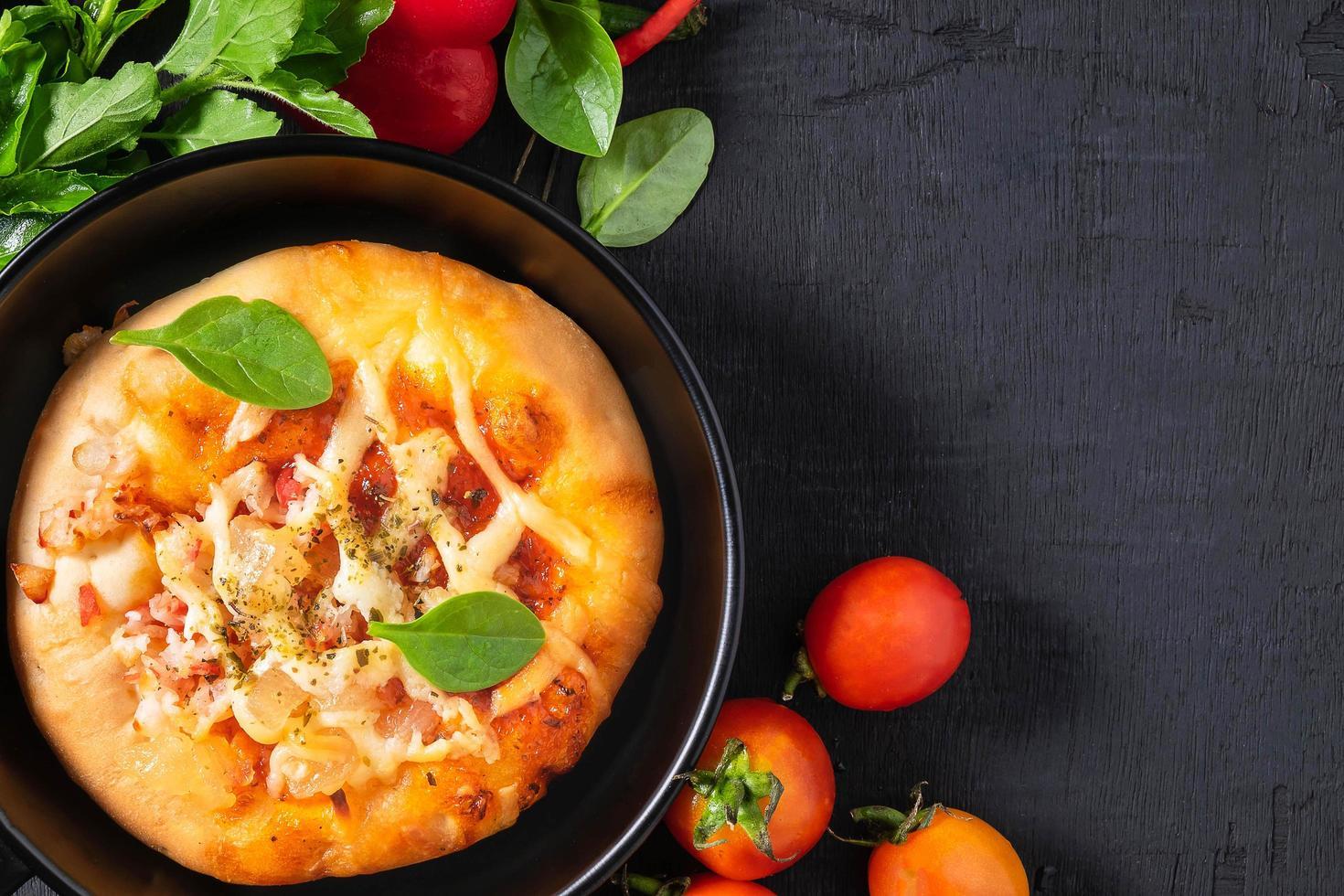 pizza dans la poêle photo