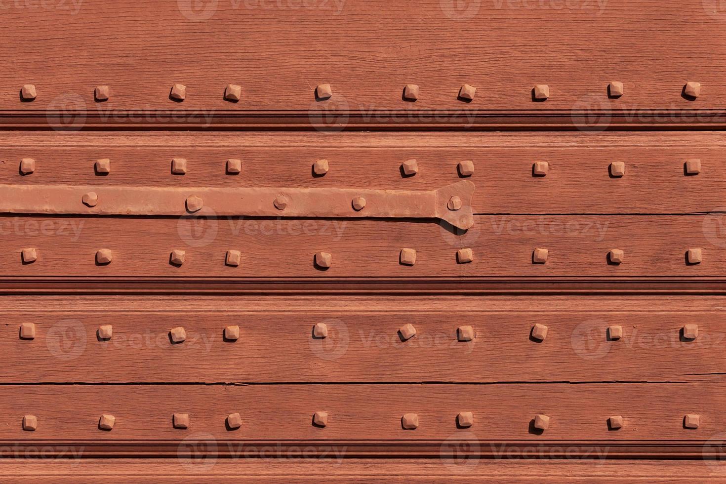 Texture de bois de pourriture vieillie avec des clous en métal. photo