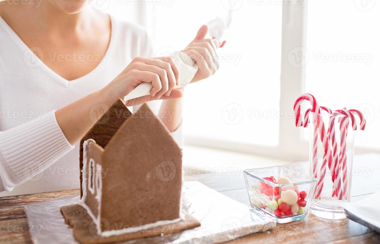 Gros plan d'une femme faisant des maisons en pain d'épice photo