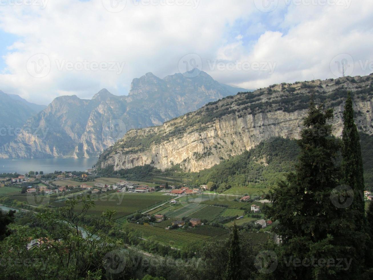 Torbole sul garda au nord du lac de garde vue depuis la montagne photo