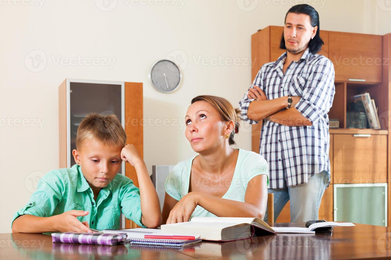 écolier, faire ses devoirs photo