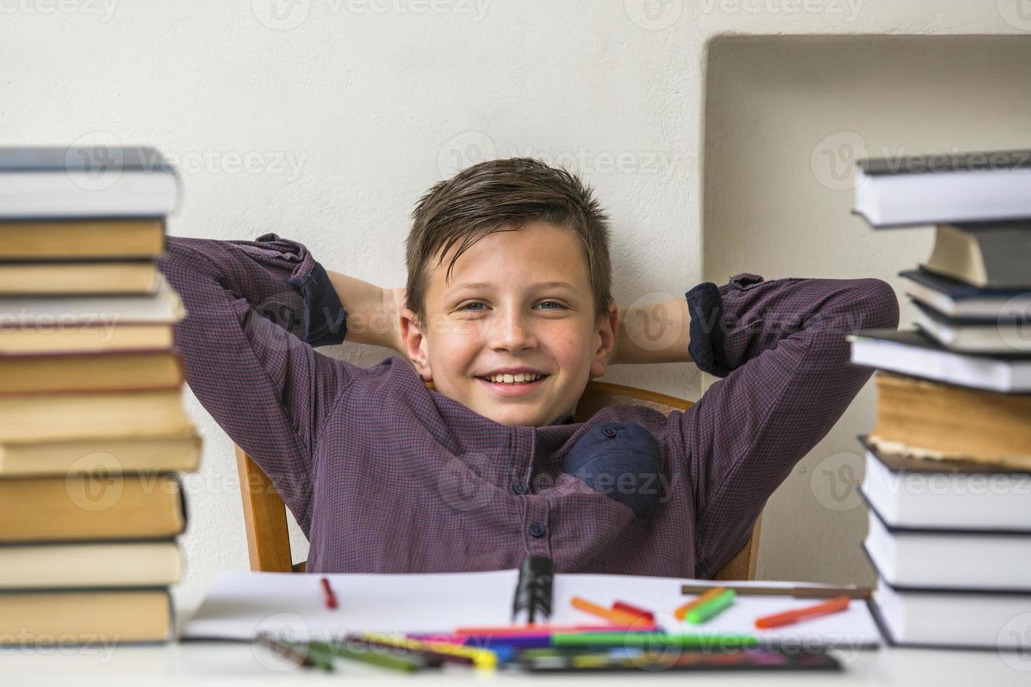 écolier au repos pendant les devoirs. photo