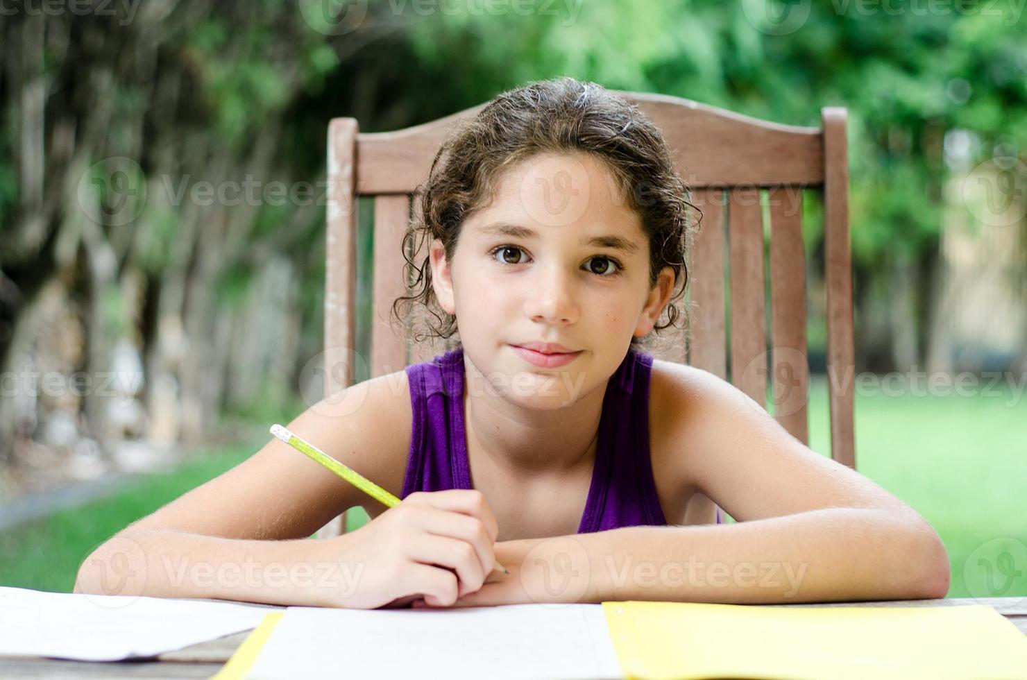 fille souriante prête pour les devoirs photo