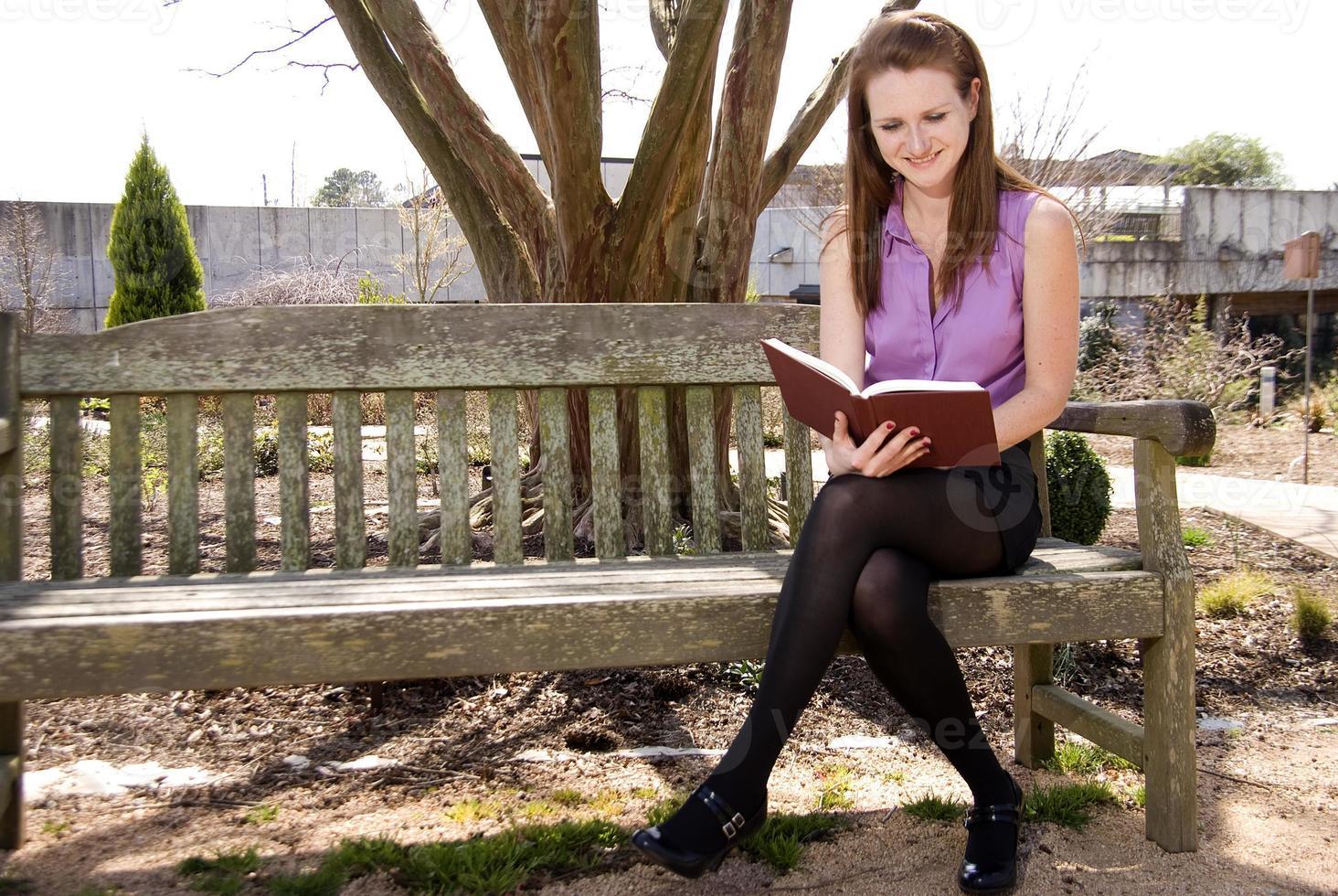 femme lisant un livre photo