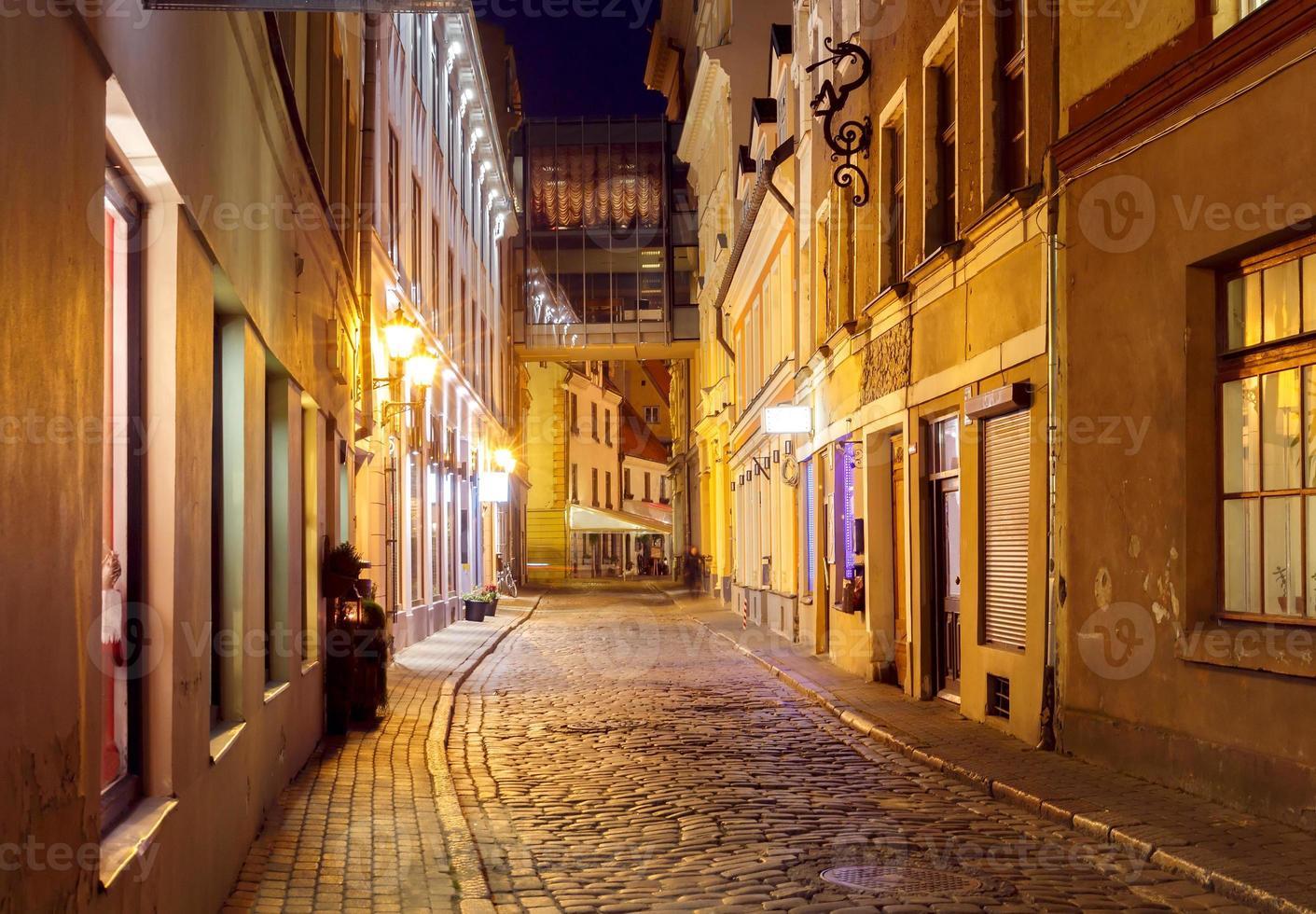 riga. vieille rue la nuit photo