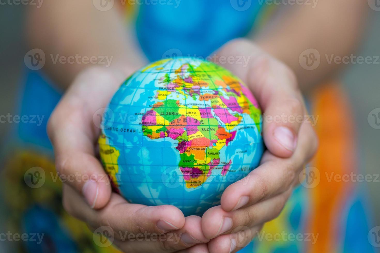 globe en mains photo