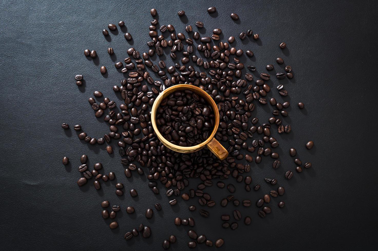 grains de café sur une table photo