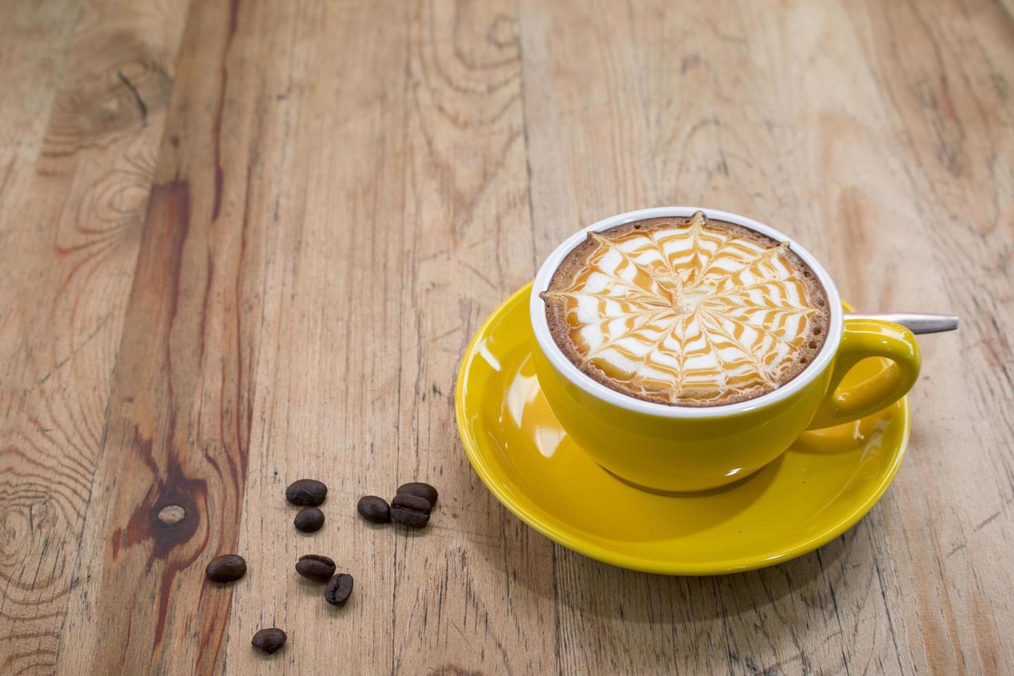 un café latte sur un bureau en bois photo