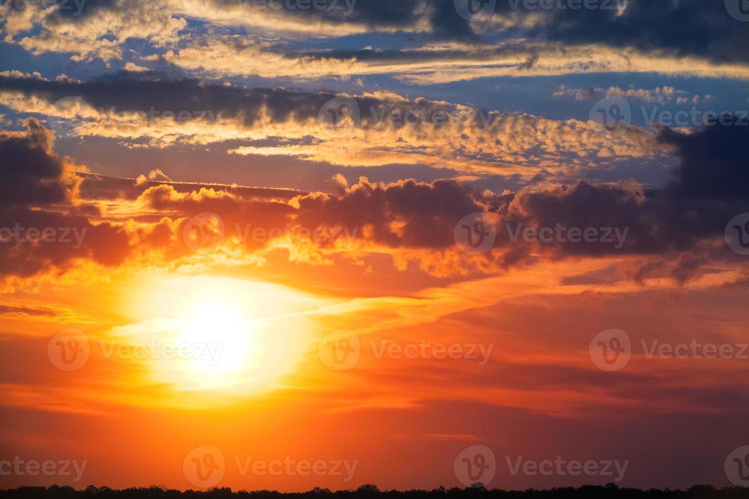 coucher de soleil ardent. beau ciel. photo