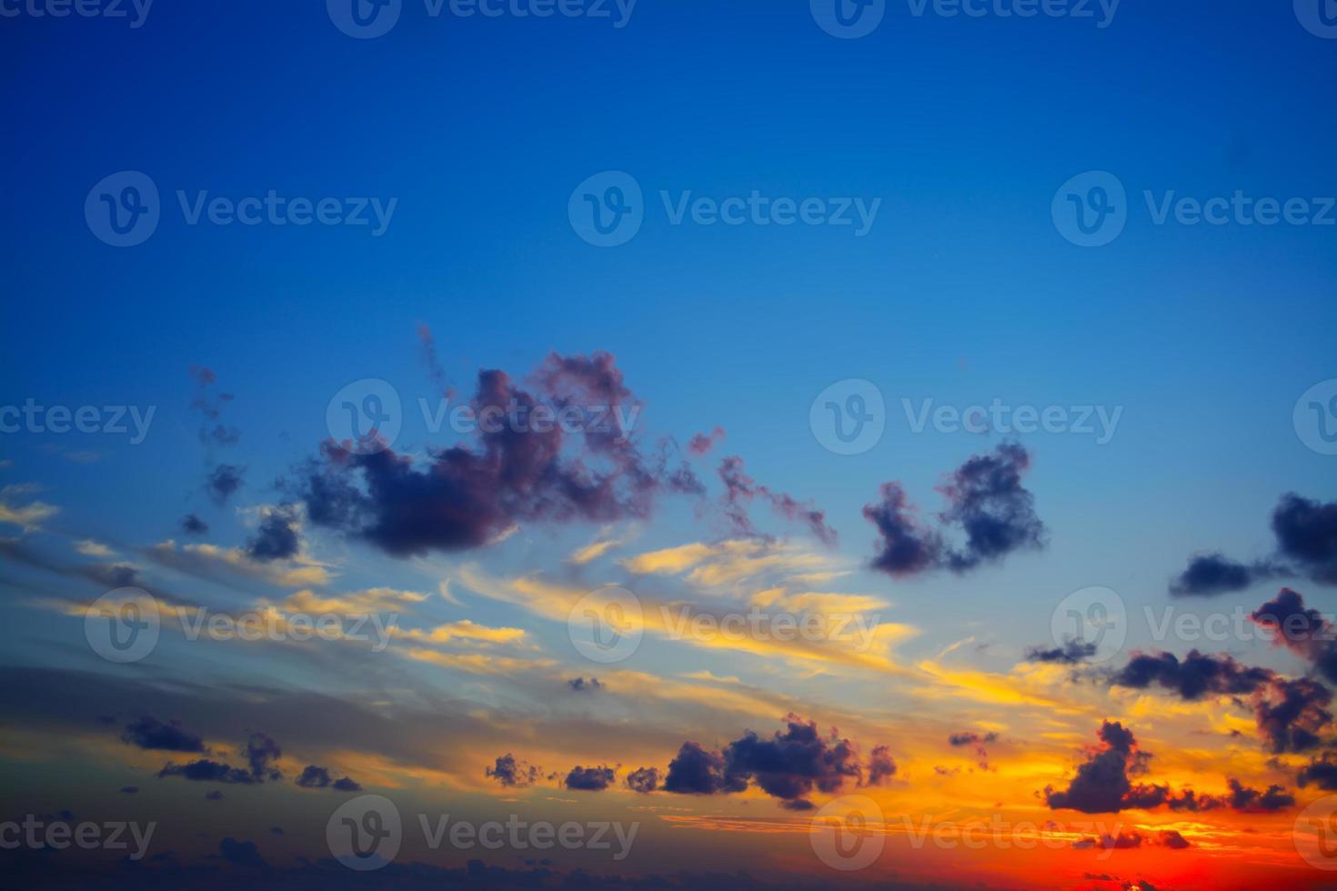 ciel coloré au coucher du soleil photo