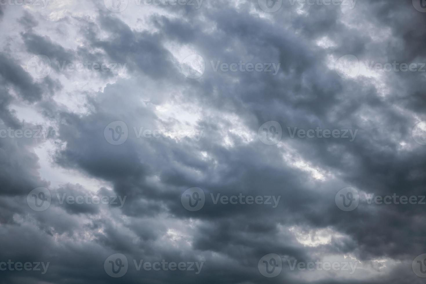 ciel dramatique avec des nuages orageux photo